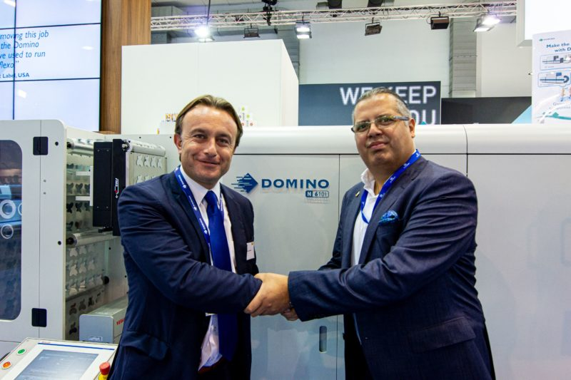 Left to right: Manuel Hernández, Business Manager Digital Printing Iberia & Latin America and Francisco Fernández, Director of Grafisoft (shake hands after signing the new distribution agreement for Grafisoft to distribute Domino's digital printing solutions products in Chile, Colombia, Ecuador and Peru).